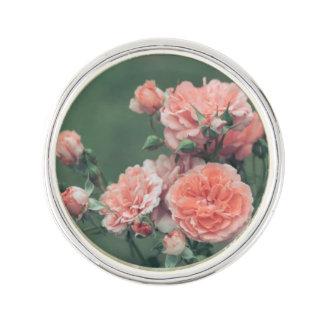 Pin's Beaux roses roses sur un arrière - plan vert