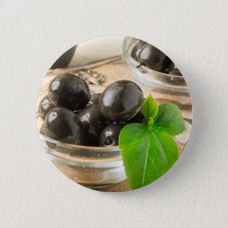 Pin's Brown a mariné des olives sur le vieil arrière -