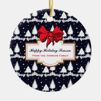 Pins et famille heureuse de saison des vacances de ornement rond en céramique