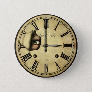 Pin's Horloge observant autour des boutons