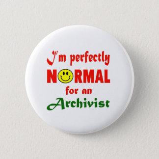 Pin's Je suis parfaitement normal pour un archiviste