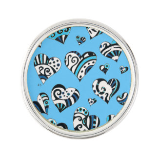 Pin's Le bleu gribouille des coeurs sur le bleu