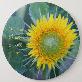 Pin's Le soleil brille sur tous les nous
