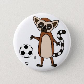 Pin's Lémur drôle jouant la bande dessinée du football