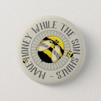 Pin's Les abeilles mignonnes font l'apiculture de miel