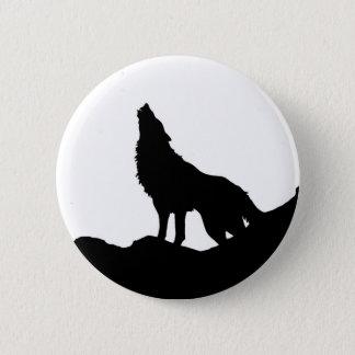Pin's Loup solitaire se tenant sur une colline