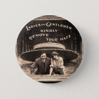 Pin's Mesdames et messieurs - enlevez svp vos casquettes