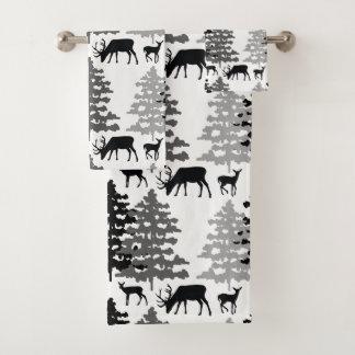 Pins rustiques d'animaux de région boisée d'hiver