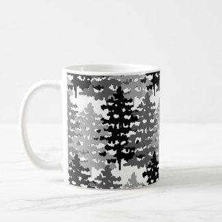 Pins rustiques de vacances d'hiver de forêt de mug
