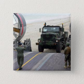 Pin's Un loadmaster guide une marine camion de 7 tonnes