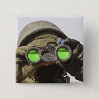 Pin's Un soldat afghan balaye l'horizon