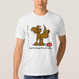 Pipi cru de chiens de Fed d'instincts crus sur T-shirts