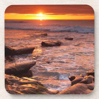 Piscines de marée au coucher du soleil, la dessous-de-verre
