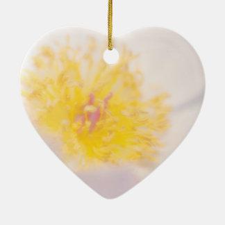 Pivoine légère avec le plan rapproché jaune de ornement cœur en céramique