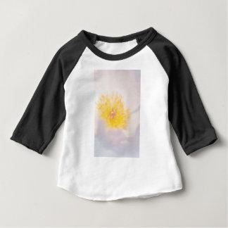 Pivoine légère avec le plan rapproché jaune de t-shirt pour bébé