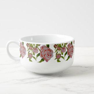 Pivoines de bourgeonnement sur une tasse de soupe