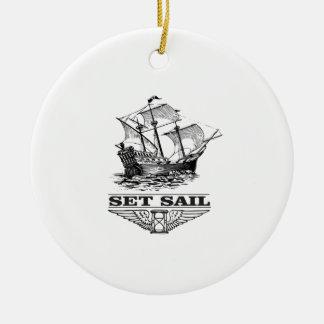 placez la voile sur le bateau ornement rond en céramique