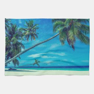 Plage blanche de Sandy avec les palmiers tropicaux Serviette Éponge