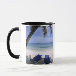 Plage, chaise longue, palmier, horizon plus de mug