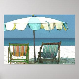 Plage, chaises et parapluie de bord de la mer posters