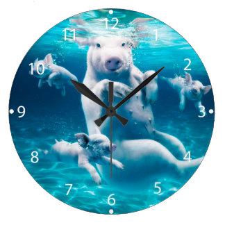 Plage de porc - porcs de natation - porc drôle grande horloge ronde