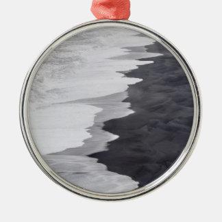 Plage noire et blanche pittoresque ornement rond argenté