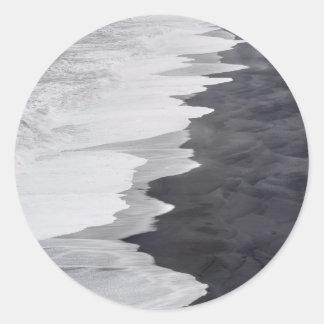 Plage noire et blanche pittoresque sticker rond