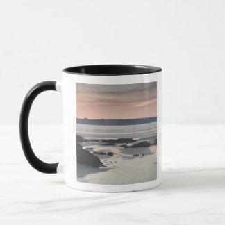 Plage rocheuse au coucher du soleil mug