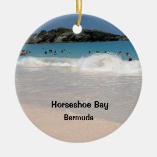 Plage rose #1, baie en fer à cheval, Bermudes de Ornement Rond En Céramique
