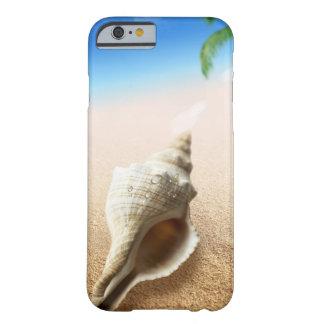 Plage sablonneuse tropicale avec de l'eau conque coque barely there iPhone 6