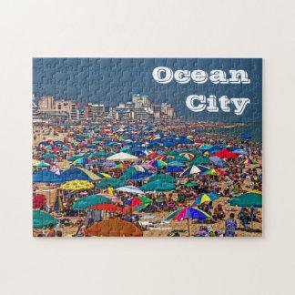 Plage serrée dans la casse-tête de ville d'océan puzzle