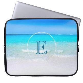 Plage tropicale avec un monogramme de mer de housse ordinateur portable