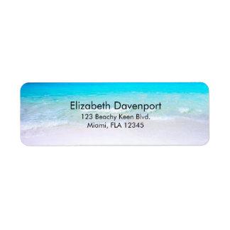 Plage tropicale avec une mer de turquoise étiquettes d'adresse retour
