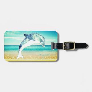 Plage tropicale, ciel bleu, sable d'océan, dauphin étiquette à bagage