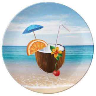 Plage tropicale, ciel bleu, sable d'océan, noix de assiettes en porcelaine