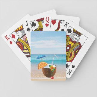 Plage tropicale, ciel bleu, sable d'océan, noix de jeux de cartes