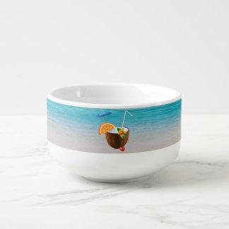 Plage tropicale, ciel bleu, sable d'océan, noix de mug à potage
