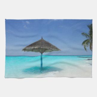 Plage tropicale pittoresque avec le parapluie linge de cuisine