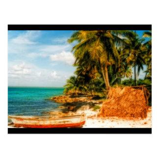 Plage tropicale rêveuse avec le bateau à rames carte postale