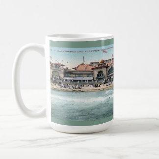 Plage vintage de Santa Cruz et parc d'attractions Mug