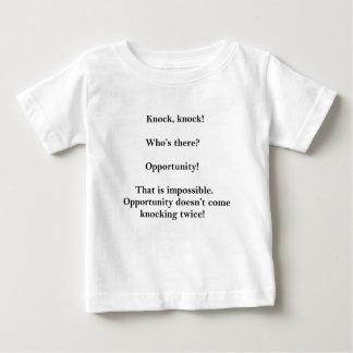 Plaisanterie drôle de coup de coup qui incitera t-shirt pour bébé