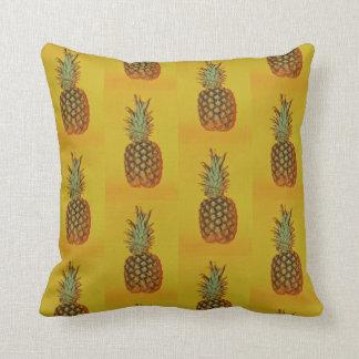 Plan rapproché d'ananas sur le coussin orange