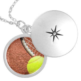 Plan rapproché de balle de tennis et de raquette pendentifs