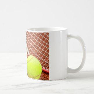 Plan rapproché de balle de tennis et de raquette mug blanc