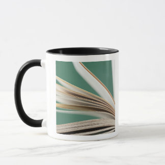 Plan rapproché de livre ouvert, tir de studio mug