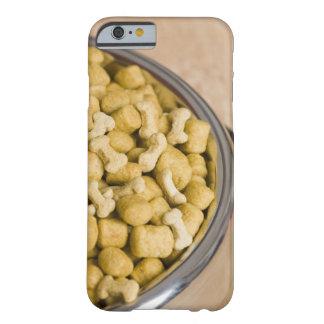 Plan rapproché des aliments pour chiens dans une coque iPhone 6 barely there