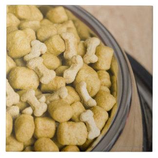 Plan rapproché des aliments pour chiens dans une grand carreau carré