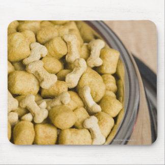 Plan rapproché des aliments pour chiens dans une tapis de souris