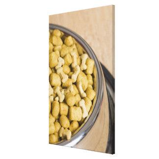 Plan rapproché des aliments pour chiens dans une toiles