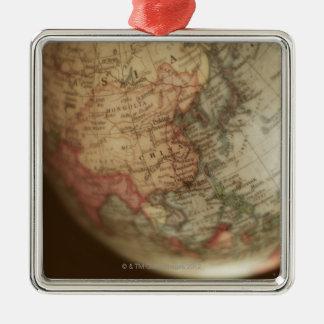 Plan rapproché du globe antique 2 ornement carré argenté